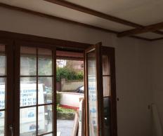 Décoration de poutre ton bois foncé au plafond